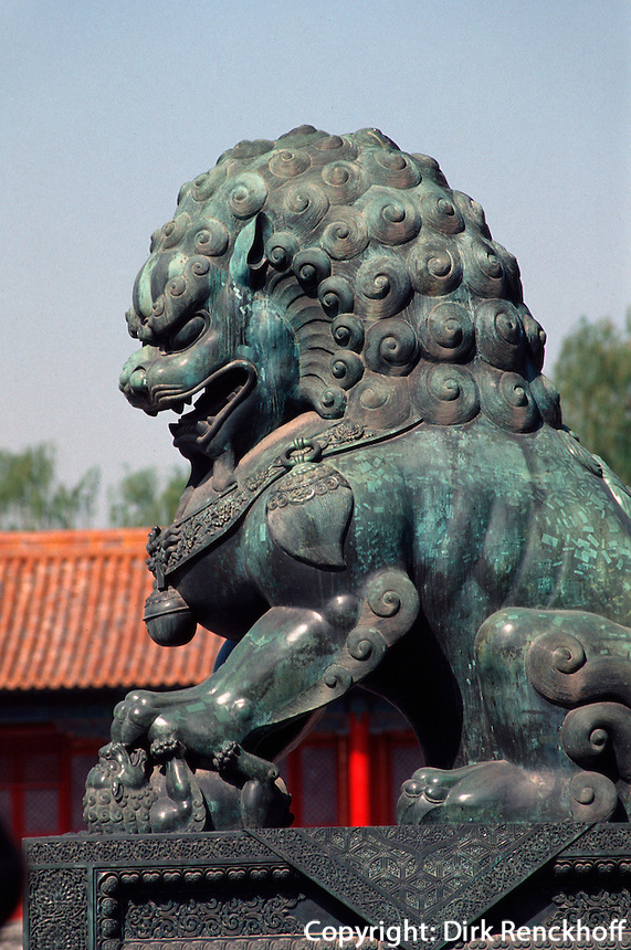 China, Kaiserpalast von Peking, Löwe vor dem Tor der höchsten Harmonie, Unesco-Weltkulturerbe