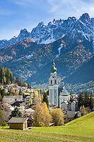 Italy, South Tyrol (Trentino-Alto Adige), Dobbiaco: popular resort in Hochpuster Valley with Sexten Dolomites | Italien, Suedtirol (Trentino-Alto Adige), Toblach: beliebter Urlaubsort im Hochpustertal vor den Sextner Dolomiten mit Pfarrkirche zum Hl. Johannes dem Taeufer