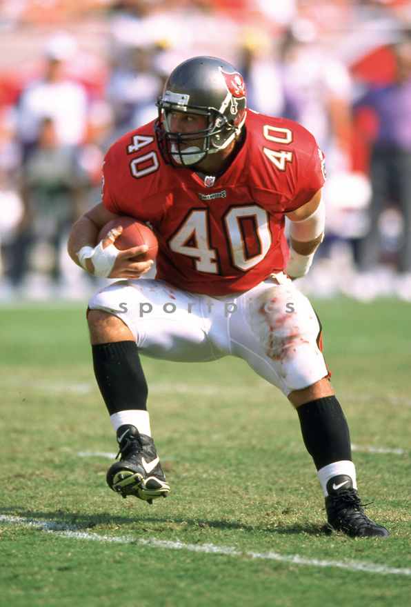 Tampa Bay Buccaneers, Mike Alstott (40) during a game from his 1998 season with the Tampa Bay Bucaneers. Mike Alstott played for 11 seasons all with the Buccaneers and was a 6-time Pro-Bowler.(SPORTPICS)