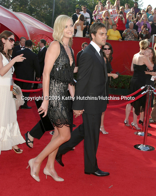 Charlize Theron.Stuart Townsend.Primetime Emmys 2005.Shrine Auditorium.Los Angeles, CA.September 18, 2005.©2005 Kathy Hutchins / Hutchins Photo