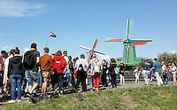 Nederland Zaanstad 2016. Folkloredag in Zaanse Schans.  Toeristen verdringen elkaar om foto's van de molens te kunnen maken. Foto Berlinda van Dam / Hollandse Hoogte