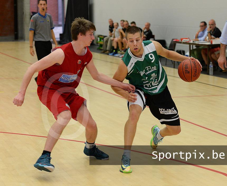Kortrijk Sport CB B - Rapid Langemark : Sander Accou (r) aan de bal voor Michael Lecluyse (links) <br /> foto VDB / BART VANDENBROUCKE
