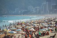 RIO DE JANEIRO, RJ, 23 DE AGOSTO DE 2013 -CLIMA TEMPO/IPANEMA/RIO- Movimentação na praia de ipanema, na tarde desta sexta feira,23, com bastante sol, em Ipanema, zona sul do Rio de Janeiro.FOTO:MARCELO FONSECA/BRAZIL PHOTO PRESS