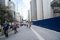 SÃO PAULO,SP, 27.07.2016 - OBRAS-SP - Uma obra de demolição causa transtorno e desconforto a pedestres que transitam na Avenida Paulista esquina com a Alameda Campinas. A falta de tela de proteção está gerando grande propagação de poeira. Nesta quarta-feira, 27 . (Foto: Rogério Gomes/Brazil Photo Press)