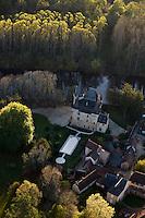 Europe/France/Aquitaine/24/Dordogne/Vallée de la Vézère/Périgord Noir/Saint-Léon-sur-Vézère:  le village et le Château de Clérans _ Vue aérienne