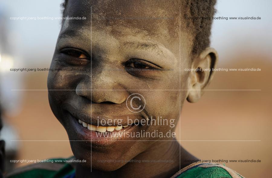 BURKINA FASO, Bokin, children panning gold for small scale miner / BURKINA FASO, Bokin, SORE SAIDOU, aus dem Dorf MANESSA, der Gold-Patron, für den insgesamt 13 Kinder als Goldsucher arbeiten