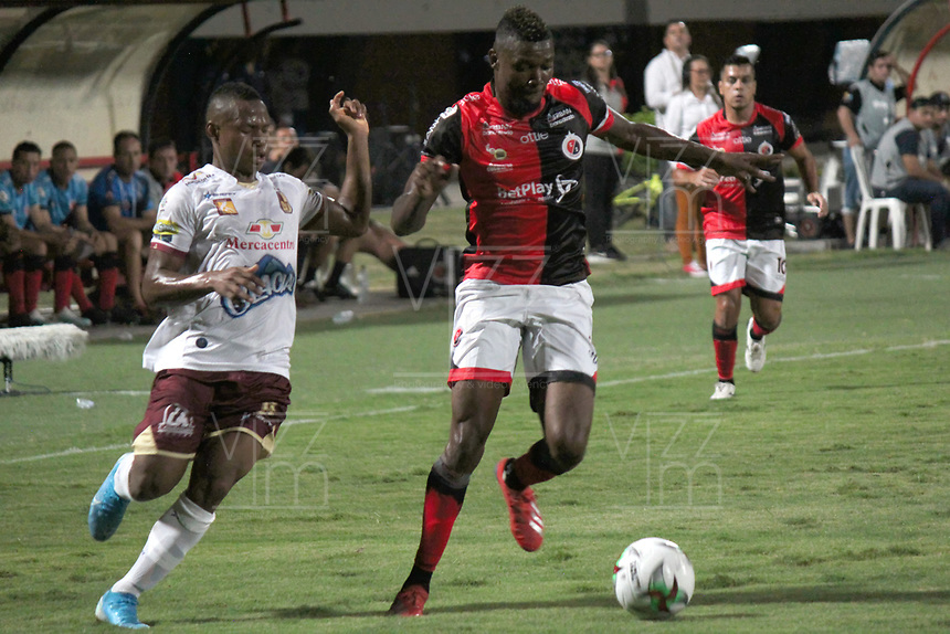 CÚCUTA- COLOMBIA, 17-11-2019: Acción de juego entre el Cúcuta Deportivo  y el Deportes Tolima durante tercer partido por los cuadrangulares semifinales de la Liga Águila II 2019 entre Cúcuta Deportivo  y Deportes Tolima  jugado en el estadio General Santander  de la ciudad de Cúcuta. /Actio game between Cucuta Deportivo and  Deportes Tolima during third match for the quadrangular semifinals as part of Aguila League II 2019 between Cucuta Deportivo and Deportes Tolima played at General Santander stadium in in Cucuta city. Photo: VizzorImage / Manuel Hernández / Contrubuidor