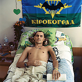 Porträts verletzter Soldaten und Freiwilliger, aufgenommen im Militärkrankenhaus in Kiew. Sie wurden allesamt im Kampf mit pro-russischen Seperatisten in der Gegend um Donezk und Luhansk verletzt. / Portraits of wounded soldiers and volunteers in Eastern Ukranian confict taken at the Main Military Clinical Hospital.They are mostly Ukrainian servicemen, but some are members of volunteer battalions that offer the Army additional support. All were wounded in battles with pro-Russian separatists in the Donetsk and Luhansk regions.