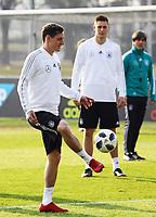 Sebastian Rudy (Deutschland Germany) mit Niklas Süle (Deutschland Germany), Bundestrainer Joachim Loew (Deutschland Germany) - 25.03.2018: Training der Deutschen Nationalmannschaft, Olympiastadion Berlin