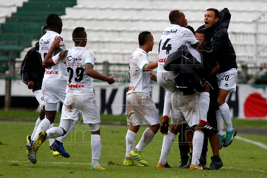 MANIZALES-COLOMBIA, 20-04-2019: Jugadores de Once Caldas, celebran el gol tercer anotado Independiente Santa Fe, durante partido de la fecha 17 entre Once Caldas y La Equidad, por la Liga Águila I 2019, jugado en el estadio Palogrande de la ciudad de Manizales. / Players of Once Caldas celebrate the third scored goal to La Equidad, during a match of the 17th date between Once Caldas and La Equidad, for the Aguila Leguaje I 2019 played at the Palogrande stadium in Manizales city. / Photo: VizzorImage / Santiago Osorio / Cont.