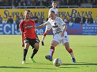 SINT ELOOIS WINKEL SPORT - VK WESTHOEK IEPER :<br /> Sofiane Oumedjeber (L) geraakt niet voorbij Jonas Vandermarliere (R)<br /> <br /> Foto VDB / Bart Vandenbroucke
