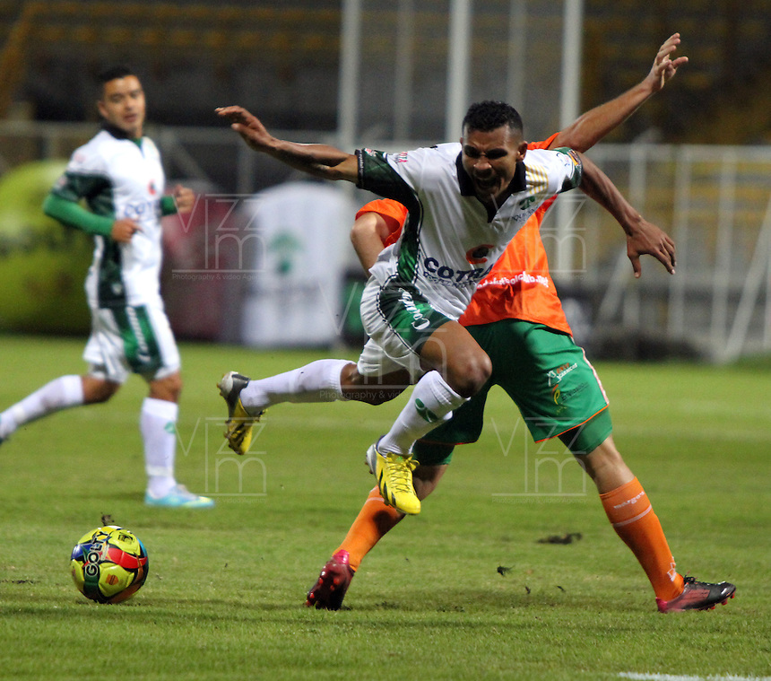 BOGOTA -COLOMBIA- 16-08-2013. Wilson Morelo(Izq)  de La Equidad  disputa el balon  contra Humberto Mendoza ( Der)  del Envigado Futbol Club ,  partido correspondiente a la cuarta fecha de La  Liga Postobonn segundo semestre disputado en el estadio  de Techo /  Wilson Morelo (Left) of the Equity dispute the ball against Humberto Mendoza (Right) of Envigado Futbol Club, game in the fourth round of the second half Postobonn League match at the Stadium Roof<br />  . Photo: VizzorImage /Felipe Caicedo  / STAFF