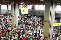 GUARULHOS, SP, 20.12.13 - MOVIMENTA&Ccedil;&Atilde;O AEROPORTO GUARULHOS/SP - Movimenta&ccedil;&atilde;o de Passageiros no Aeroporto Internacional de Guarulhos/SP, &agrave;s v&eacute;speras das festas<br /> de fim de ano, nesta sexta-feira, 20. (Foto: Geovani Velasquez / Brazil Photo Press)
