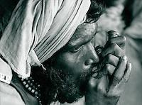 Mann Beim Rauchen von Haschisch, Indien 1974