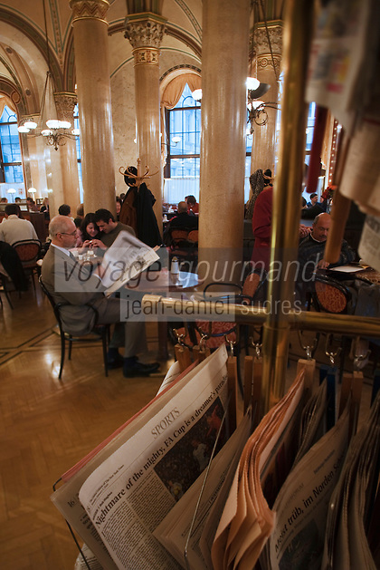 Europe/Autriche/Niederösterreich/Vienne: Café traditionnel viennois:  Le Café Central, Palais Ferstel, Herrengasse- les journaux à disposition des consommateurs