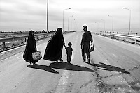 Al Tajih, Iraq, April 13, 2003.A refugee family returns home to Al Tajih, about 25 km North of Baghdad, wich has just been deserted by the retreating Iraqi Army.