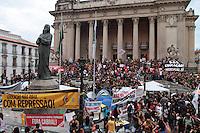 RIO DE JANEIRO, RJ, 17 SETEMBRO 2013 - PROFESSORES DO MUNICIPIO DO RJ  VOLTAM A GREVE - Os professores após assembleia decidiram pela retornoa greve e seguiram em passeata até a ALERJ em solidariedade aos professores do estado acampados lá nessa terça 17. (FOTO: LEVY RIBEIRO / BRAZIL PHOTO PRESS)