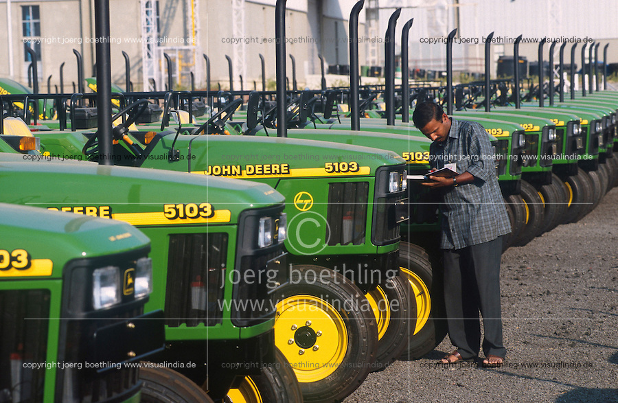 INDIA Pune, tractor factory of american company John Deere, production for the indian market and export to africa, John Deere 5103 ready for shipment / INDIEN Pune, Landmaschinenhersteller John Deere, moderne Trakorenfabrik, Produktion von Traktoren fuer Export nach Afrika und den indischen Markt