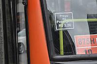 SAO PAULO, 03 DE JUNHO DE 2013 -AUMENTO TARIFA ONIBUS - Onibus circulam com adesivo mostrando nova tarifa reajustada, de 3,20, na  Avenida Paulista, região central da capital, na tarde desta segunda feira, 03. (FOTO: ALEXANDRE MOREIRA / BRAZIL PHOTO PRESS)