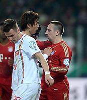 FUSSBALL  DFB-POKAL  ACHTELFINALE  SAISON 2012/2013    FC Augsburg - FC Bayern Muenchen        18.12.2012 ROTE KARTE fuer das Foul an Koo Ja Cheol  (Mitte, FC Augsburg) fuer Franck Ribery (FC Bayern Muenchen)