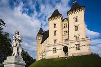 France, Aquitaine, Pyrénées-Atlantiques, Béarn, Pau: le château où naquit le roi Henri IV, en premier plan lStatue de Gaston Fébus avec son lévrier devant le château //  France, Pyrenees Atlantiques, Bearn, Pau:  14th century castle, place of birth of king Henry IV