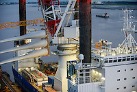 GERMANY Bremerhaven, shipping of rotor blades for RWE offshore wind park in the North Sea / DEUTSCHLAND Bremerhaven, Verladung von Rotorblaettern fuer Windkraftanlagen fuer einen RWE off-shore Windpark in der Nordsee