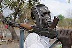 Afrika Sued-Sudan Rumbek , mit Asche beschmierter Dinka Hirte schuetzen ihre Zeburinder vor Viehdiebstaehlen mit Kalaschnikow Maschinengewehr , Dinkas kaempfen auch fuer die SPLA fuer einen unabhaengigen Suedsudan  / South Sudan Rumbek , Dinka tribe protect their Zebu cattle with AK-47 rifle from cattle raider , the also fight with SPLA for independent Southern Sudan state