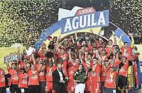 CALI - COLOMBIA, 07-12-2019: Jugadores del América celebran el título de campeones después del partido por la final vuelta, de la Liga Águila II 2019 entre América Cali y Atlético Junior jugado en el estadio Pascual Guerrero de la ciudad de Cali. / Players of América celebrate the tittle of champions after match for the second leg final match, as part of Aguila League II 2019 between America de Cali and Atletico Junior played at Pascual Guerrero stadium in Cali. Photo: VizzorImage / Alejandro Rosales / Cont