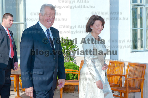 Atifete Jahjaga (R) president of the Republic of Kosovo and Pal Schmitt (L) and her Hungarian counterpart walk to the terrace to have a sight-viewing together in Budapest, Hungary on September 14, 2011. ATTILA VOLGYI