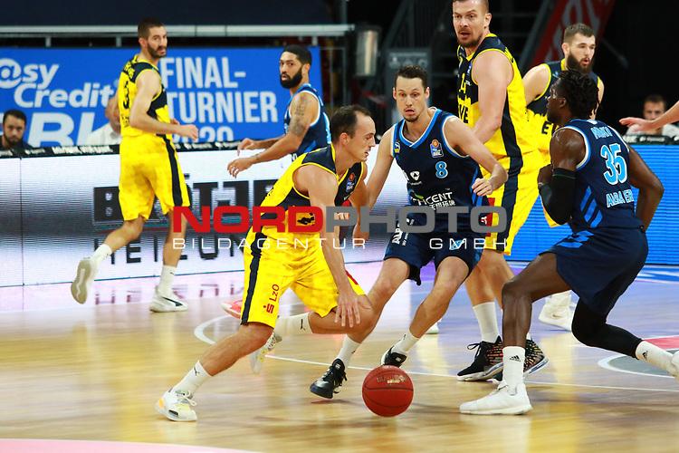 9 Karsten Tadda EWE Baskets Oldenburg  , 35 Landry Nnoko, 8 Marcus Eriksson Alba Berlin <br /> <br /> <br /> Basketball Finalturnier 2020, nph0001: Halbfinale Spiel 1  <br /> 22.06.2020<br /> <br /> FOTO: Mladen Lackovic / LakoPress /Pool / nordphoto<br /> <br /> Nur für journalistische Zwecke! Only for editorial use! <br /> No commercial usage!