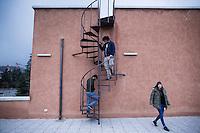 L'aquila, Abruzzo, Italia. 25.03.2014. Cora Fontana, Pietro Verga og David Gogishvili studerer ved Gran Sasso Science Institute.  L'aquila, 6. april 2009 kl. 03:32: Et jordskjelv som måler 6.3 ryster byen. 309 mennesker mister livet. Fem år senere sliter de som overlevde fortsatt med etterskjelvene, i form av en guffen cocktail av uærlige offentlige tjenestemenn, mafia og 494 millioner øremerkede euro på avveie. Fotografier til bruk i feature i DN lørdag 05.04.2014. Foto: Christopher Olssøn.
