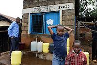 KENYA Kericho, water kiosk of Kericho Water and Sanitation, supply of safe and clean drinking water for low prices / KENIA Kericho, Wasserkiosk von Kericho Wasser und Sanitation Co. Ltd unterstuetzt durch WSTF and KfW, Versorgung der Bevoelkerung mit sauberen Trinkwasser zu guenstigen Preisen