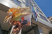 Manifestazioni di protesta  contro Vincenzo De Luca per la decisione di annulare la prima seduta del Consiglio a causa della sospensione del neoeletto presidente <br /> nella foto il movimento 5 stelle presentano il &quot;pacco&quot; De Luca rifilato agli elettori