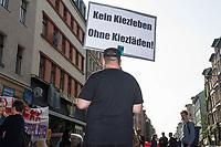 """Am Mittwoch den 14. August 2019 lies die Immobilienfirma """"Bauwerk"""" den Spaetkauf """"Ora 35"""" in Berlin-Kreuzberg per Gerichtsvollzieher raeumen. Die Immobilienfirma hatte den Betreibern gekuendigt und verlangte fuer einen neuen Mietvertrag eine Ladenmiete, die fuer die Familie nicht bezahlbar war. Mit einem umstrittenen Gerichtsbeschluss setzte Bauwerk letztendlich die Zwangsraeumung durch.<br /> Die Familie Tunc betrieb das Geschaeft seit 20 Jahren in der Oranienstrasse 35.<br /> Anwohner und umliegende Geschaeftsinhaber protestierten gegen die Zwangsraeumung.<br /> 14.8.2019, Berlin<br /> Copyright: Christian-Ditsch.de<br /> [Inhaltsveraendernde Manipulation des Fotos nur nach ausdruecklicher Genehmigung des Fotografen. Vereinbarungen ueber Abtretung von Persoenlichkeitsrechten/Model Release der abgebildeten Person/Personen liegen nicht vor. NO MODEL RELEASE! Nur fuer Redaktionelle Zwecke. Don't publish without copyright Christian-Ditsch.de, Veroeffentlichung nur mit Fotografennennung, sowie gegen Honorar, MwSt. und Beleg. Konto: I N G - D i B a, IBAN DE58500105175400192269, BIC INGDDEFFXXX, Kontakt: post@christian-ditsch.de<br /> Bei der Bearbeitung der Dateiinformationen darf die Urheberkennzeichnung in den EXIF- und  IPTC-Daten nicht entfernt werden, diese sind in digitalen Medien nach §95c UrhG rechtlich geschuetzt. Der Urhebervermerk wird gemaess §13 UrhG verlangt.]"""
