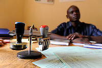 "Westafrika Mali Rathaus Siby , Beratung der Kommune , Verbesserung der Steuereinnahmen , Buchhaltung Finanzabteilung der Kommune Siby - Dezentralisierung | .Africa Mali village Siby - project decentralized policy in villages and reform of local governance to improve the tax income of the village , tax office .| [ copyright (c) Joerg Boethling / agenda , Veroeffentlichung nur gegen Honorar und Belegexemplar an / publication only with royalties and copy to:  agenda PG   Rothestr. 66   Germany D-22765 Hamburg   ph. ++49 40 391 907 14   e-mail: boethling@agenda-fototext.de   www.agenda-fototext.de   Bank: Hamburger Sparkasse  BLZ 200 505 50  Kto. 1281 120 178   IBAN: DE96 2005 0550 1281 1201 78   BIC: ""HASPDEHH"" ,  WEITERE MOTIVE ZU DIESEM THEMA SIND VORHANDEN!! MORE PICTURES ON THIS SUBJECT AVAILABLE!! ] [#0,26,121#]"