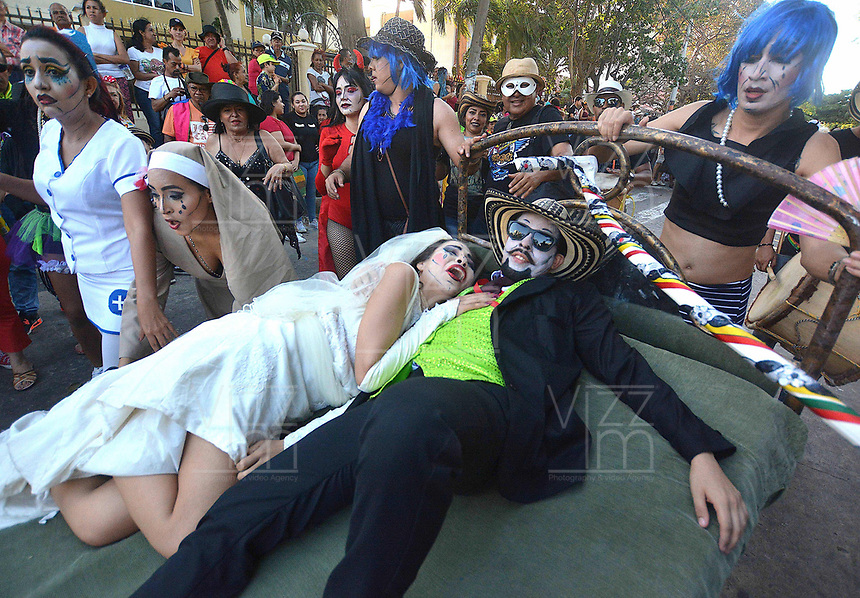 BARRANQUILLA - COLOMBIA, 13-02-2018: Entierro de Joselito Carnaval con el cual concluye El Carnaval de Barranquilla 2018 que invitó a todos los colombianos a contagiarse del Jolgorio general de una de las festividades más importantes del país y que se lleva a cabo del 10 hasta el 13 de febrero de 2018. / Burial of Joselito Carnaval with which the Carnaval de Barranquilla 2018 ends that invited all Colombians to catch the general reverly that make it one of the most important festivals of the country and take place until February 13, 2017.  Photo: VizzorImage / Alfonso Cervantes / Cont.