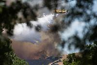 Waldbrand nahe der Sizilianischen Kleinstadt Petralia Sottana in der Provinz Palermo am Freitag den 31. Juli 2020. Der Brand dauerte vom Morgen bis in die Abendstunden. Anwohner nannten als Grund fuer den Brand Zigaretten, welche moeglicher Weise gezielt aus dem Auto geworfen wurden, da es neben der Strasse an mehreren Stellen fast zeitgleich anfing zu brennen.<br /> Im Bild: Ein Loeschflugzeug der italienischen Feuerwehr beim Versuch den Waldbrand zu loeschen.<br /> 31.7.2020, Petralia Sottana<br /> Copyright: Christian-Ditsch.de<br /> NUR FUER REDAKTIONELLE ZWECKE! Werbung nur auf Anfrage beim Fotografen. [Inhaltsveraendernde Manipulation des Fotos nur nach ausdruecklicher Genehmigung des Fotografen. Vereinbarungen ueber Abtretung von Persoenlichkeitsrechten/Model Release der abgebildeten Person/Personen liegen nicht vor. NO MODEL RELEASE! Don't publish without copyright Christian-Ditsch.de, Veroeffentlichung nur mit Fotografennennung, sowie gegen Honorar, MwSt. und Beleg. Konto: I N G - D i B a, IBAN DE58500105175400192269, BIC INGDDEFFXXX, Kontakt: post@christian-ditsch.de<br /> Bei der Bearbeitung der Dateiinformationen darf die Urheberkennzeichnung in den EXIF- und  IPTC-Daten nicht entfernt werden, diese sind in digitalen Medien nach §95c UrhG rechtlich geschuetzt. Der Urhebervermerk wird gemaess §13 UrhG verlangt.]