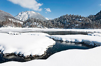 Deutschland, Bayern, Oberbayern, Chiemgau, zwischen Ruhpolding und Reit im Winkl, Schneelandschaft am Weitsee | Germany, Upper Bavaria, Chiemgau, between Ruhpolding and Reit im Winkl: winter scenery at Lake Weitsee