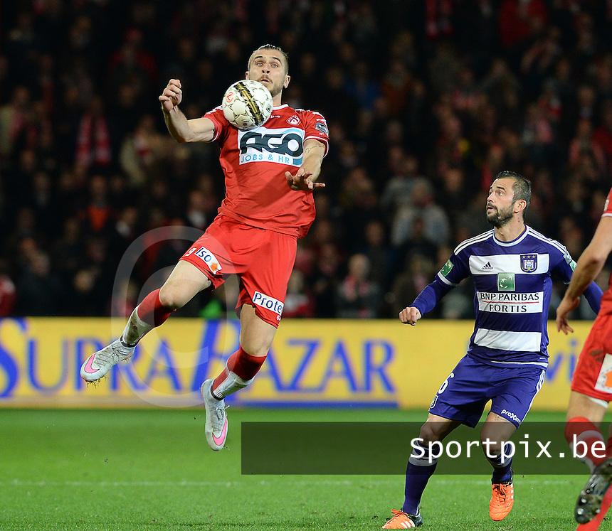 KV Kortrijk - RSC Anderlecht : Thanasis Papazoglou (links) voor Steven Defour (r) <br /> Foto David Catry / Sportpix.be