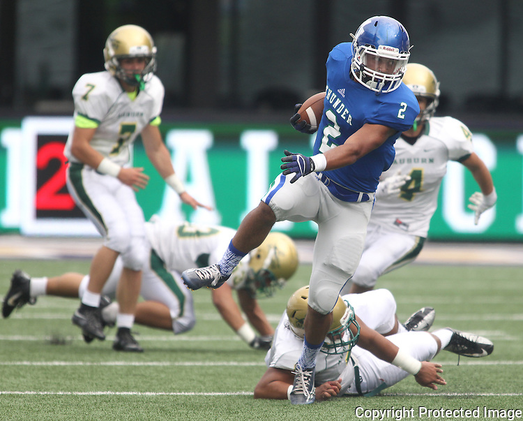 Mountain View running backPreston Jones breaks tackles enrout to a 15-yard gain against Auburn kin the second quarter of the 2015 Emerald City Kickoff Classic at Husky Stadium. Jim Bryant for The Columbian.