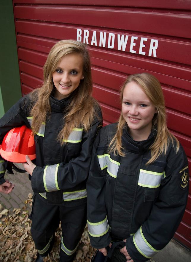 Nederland, Hagestein, 23 sept  2009.Jeugdbrandweer met Alissa de Weijer en Amanda Hekman..Foto (c) Michiel Wijnbergh