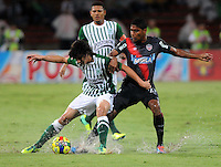 MEDELLIN -COLOMBIA- 01 -12 -2013. Stefan Medina (Izq) del Atletico Nacional disputa el balon contra Luis Carlos Ruiz (Der)  del Atletico Junior  , encuentro de los cuadrangulares finales de la Liga Postobon jugado en el estadio Atanasio Girardot /  Stefan Medina (L) of Atletico Nacional fight for the ball against Luis Carlos Ruiz (Der) Atletico Junior, meeting the end-runs played in Postobon  Ligue Atanasio Girardot stadium  .Photo: VizzorImage / Luis Rios  / Stringer