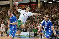 Drasko Mrvaljevic (FAG) im Sprungwurf, links Christoph Schindler (VFL) und rechts Dennis Krause (beide VFL)