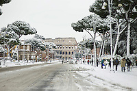 Via dei Fori imperiali coperti di neve. Una fitta nevicata ha imbiancato anche la Capitale dopo aver colpito gran parte dell'Italia provocando seri danni e enormi disagi alla circolazione di tutti i mezzi..A rare snowfall blanketed Rome. Other parts of the country experienced frigid temperatures unseen in years.