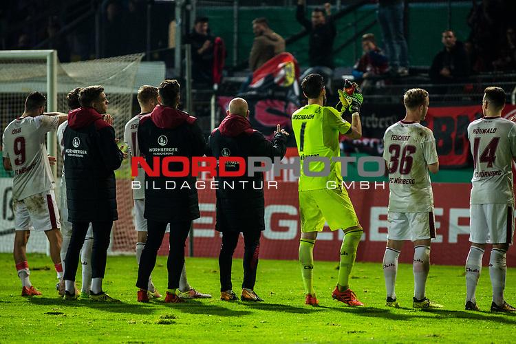 25.10.2017, Stadion an der Bremer Br&uuml;cke , Osnabr&uuml;ck, GER, DFB Pokal, Runde 2, VfL Osnabr&uuml;ck vs 1. FC N&uuml;rnberg<br /> , <br /> <br /> im Bild | pictures shows:<br /> Mannschaft des 1. FC N&uuml;rnberg nach dem Spiel auf dem Weg zu den Fans, <br /> <br /> Foto &copy; nordphoto / Rauch