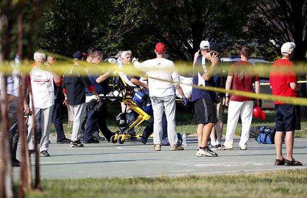 MR14 VIRGINIA (ESTADOS UNIDOS), 14/06/2017.- Un hombre es trasladado en camilla en el lugar donde se produjo un tiroteo en Alexandria, Virginia (Estados Unidos), hoy, 14 de junio de 2017. Varias personas resultaron heridas, entre ellas el congresista republicano Steve Scalise, en el ataque. EFE/SHAWN THEW