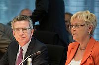 Verteidigungsminister Thomas de Maiziere (CDU) gibt am Mittwoch (05.06.13) in Berlin im Verteidigungsausschuss des Bundestages Auskunft &uuml;ber das Projekt Euro Hawk. Neben ihm die Ausschussvorsitzende Susanne Kastner (SPD).<br /> Foto: Axel Schmidt/CommonLens