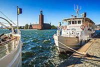 Stadshuset i Stockholm med fartyg vid kaj på Riddarholmen