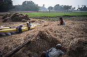 Farmers relax in the fields during lunch time in Medawar Kalan in Ballia district of Uttar Pradesh, India. Photo: Sanjit Das/Panos for Der Spiegel