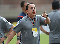 ENVIGADO -COLOMBIA, 8-OCTUBRE-2015. Juan Carlos  Sanchez  director tecnico del Envigado FC en accion contra Patriotas de Boyacá fue expulsado del partido fecha 19 de la Liga Aguila II 2015 jugado en el estadio Polideportivo Sur./ Juan Carlos Sanchez coach of Envigado FC in actions against  of Patriotas de Boyacá  of the match between Envigado FC  and Patriotas de Boyacá for the date 19 of the Aguila League II 2015 played at Polideportivo Sur . Photo: VizzorImage / Leon Monsalve / Str
